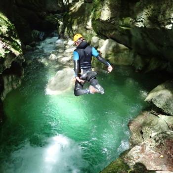 homme sautant une cascade au furon