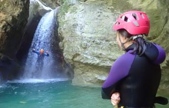 saut à travers la cascade dans le canyon des écouges,Vercors,Isère